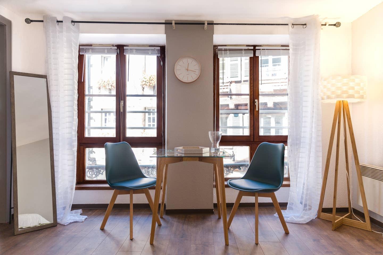 Ameublement, décoration, agencement et installation de tout le mobilier pour un Studio F1 en gestion locative à Colmar par Inspiration Design : décoratrice UFDI Colmar (vue sur l'extérieur)