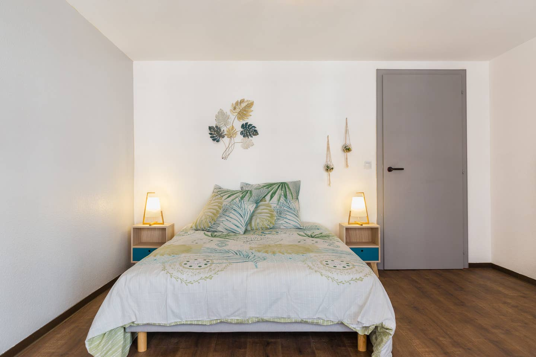 Ameublement, décoration, agencement et installation de tout le mobilier pour un Studio F1 en gestion locative à Colmar par Inspiration Design : décoratrice UFDI Colmar (vue lit)