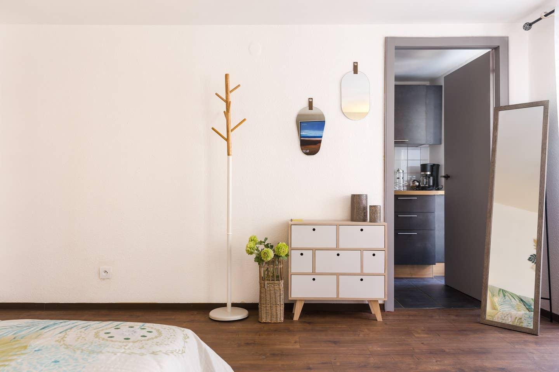 Ameublement, décoration, agencement et installation de tout le mobilier pour un Studio F1 en gestion locative à Colmar par Inspiration Design : décoratrice UFDI Colmar (vue commode)