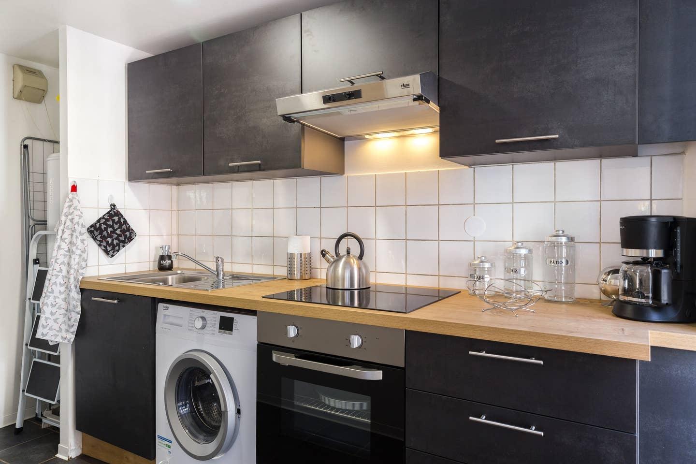 Ameublement, décoration, agencement et installation de tout le mobilier pour un Studio F1 en gestion locative à Colmar par Inspiration Design : décoratrice UFDI Colmar (vue globale cuisine)