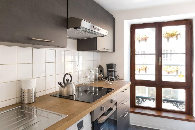 Ameublement, décoration, agencement et installation de tout le mobilier pour un Studio F1 en gestion locative à Colmar par Inspiration Design : décoratrice UFDI Colmar (vue du plan de travail cuisine)