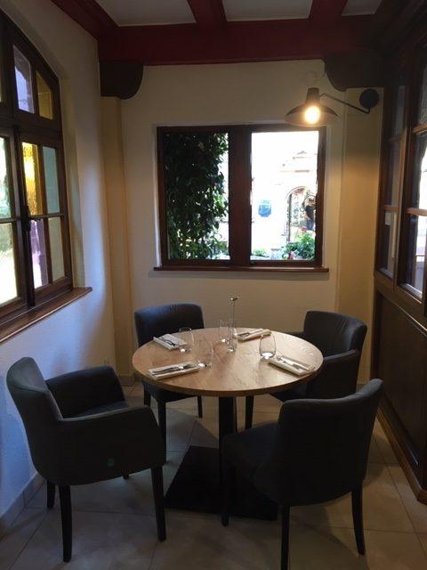 Mise en place de nouveaux luminaires et décoration d'un restaurant à Riquewihr par Inspiration Design : décoratrice UFDI Colmar (vue applique au-dessus table)