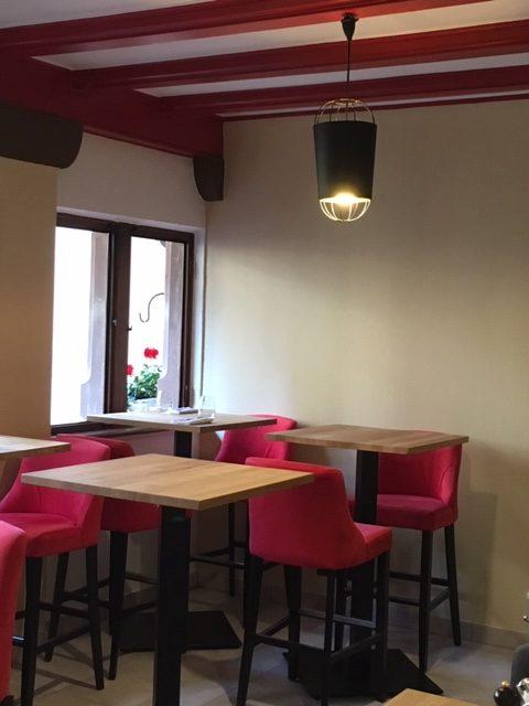 Mise en place de nouveaux luminaires et décoration d'un restaurant à Riquewihr par Inspiration Design : décoratrice UFDI Colmar (vue petite suspension)