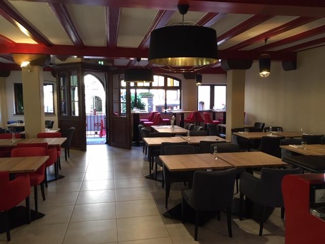 Mise en place de nouveaux luminaires et décoration d'un restaurant à Riquewihr par Inspiration Design : décoratrice UFDI Colmar (salle principale)