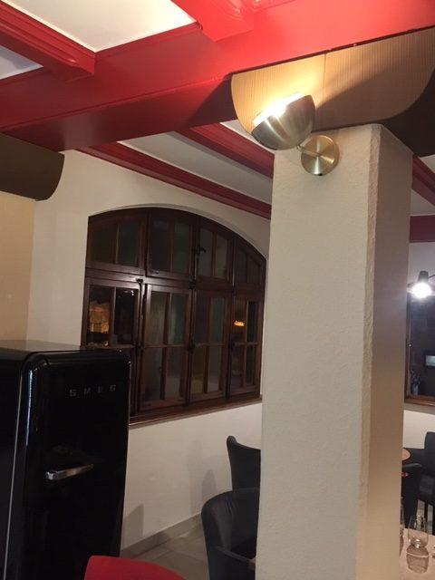 Mise en place de nouveaux luminaires et décoration d'un restaurant à Riquewihr par Inspiration Design : décoratrice UFDI Colmar (vue éloignée applique)