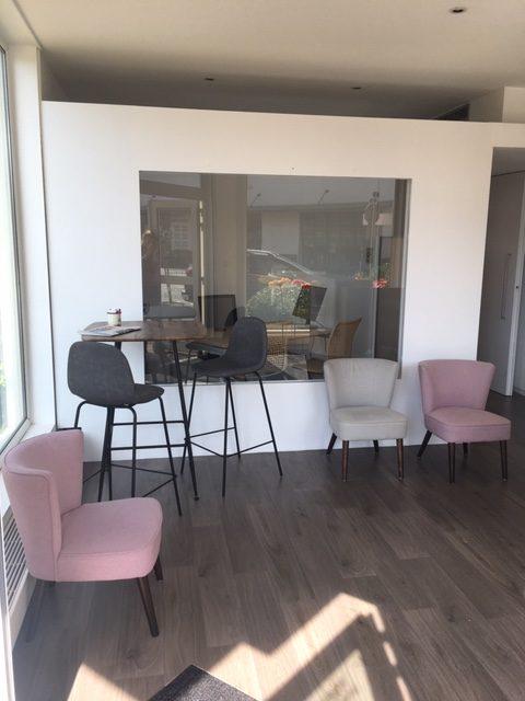 Sélection de revêtements murs et sols, changement de mobilier, décoration et agencement d'une société d'assurance à Colmar par Inspiration Design : Décoratrice UFDI Colmar (vue espace pause)