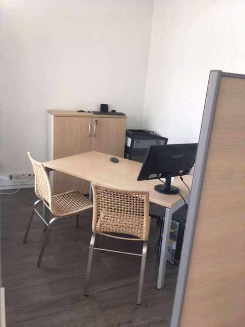 Sélection de revêtements murs et sols, changement de mobilier, décoration et agencement d'une société d'assurance à Colmar par Inspiration Design : Décoratrice UFDI Colmar (vue bureau individuel)