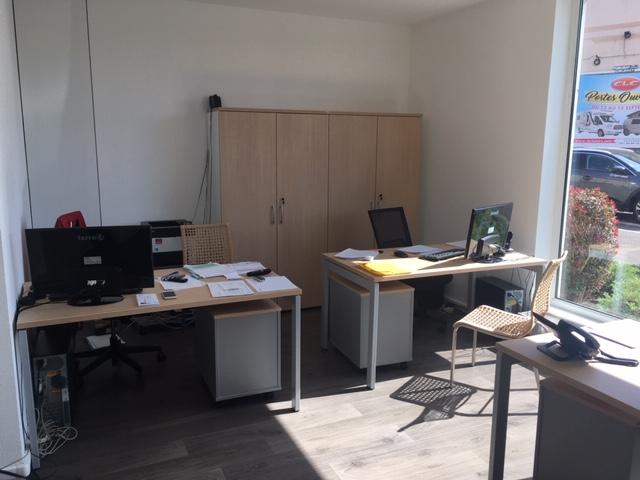 Sélection de revêtements murs et sols, changement de mobilier, décoration et agencement d'une société d'assurance à Colmar par Inspiration Design : Décoratrice UFDI Colmar (vue espace administratif)