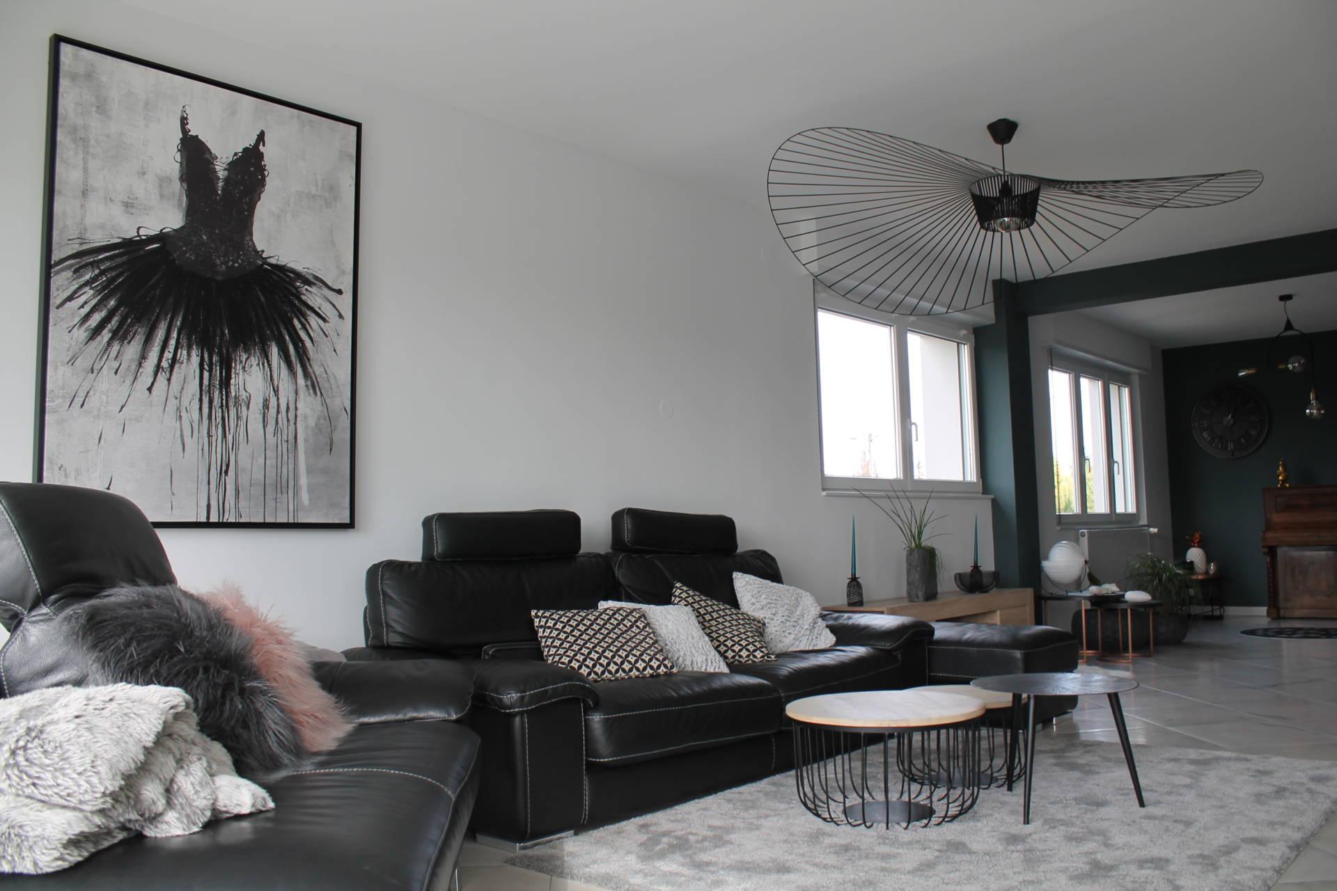 Mise en peinture du salon, sélection de luminaires et décoration par Inspiration Design : décoratrice UFDI à Colmar (vue sur l'espace tv)