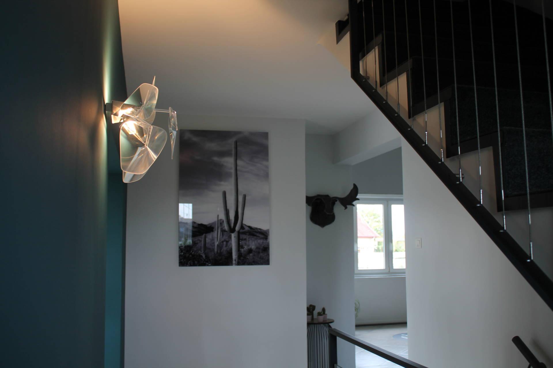 Mise en peinture de l'entrée d'une maison, sélection de luminaires et décoration par Inspiration Design : décoratrice UFDI à Colmar (vue sur le palier de l'escalier)
