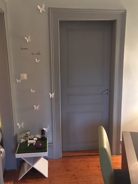 Sélection de revêtements muraux, décoration et agencement d'un appartement style haussmanien à Colmar par Inspiration Design : Décoratrice UFDI Colmar (vue sur la chambre à coucher)