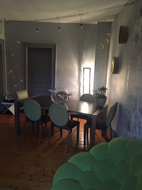 Sélection de revêtements muraux, décoration et agencement d'un appartement style haussmanien à Colmar par Inspiration Design : Décoratrice UFDI Colmar (vue sur la table à manger)