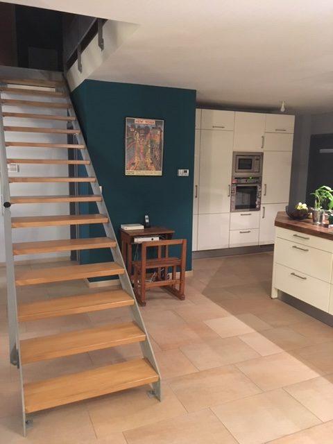 Mise en peinture de la cuisine d'un duplex, sélection de luminaires et décoration par Inspiration Design : décoratrice UFDI à Colmar (vue vers l'escalier)