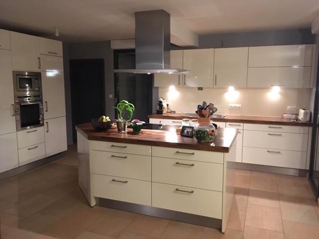 Mise en peinture de la cuisine d'un duplex, sélection de luminaires et décoration par Inspiration Design : décoratrice UFDI à Colmar (vue de la cuisine)