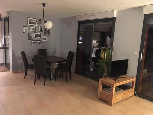 Mise en peinture de la salle à manger d'un duplex, sélection de luminaires et décoration par Inspiration Design : décoratrice UFDI à Colmar (vue de la salle à manger)