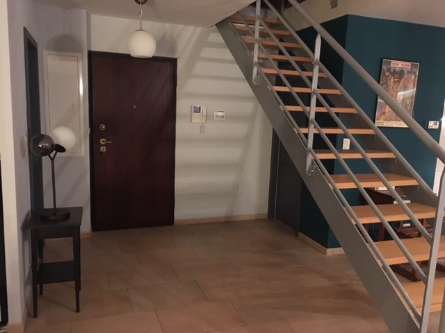 Mise en peinture de l'entrée d'un duplex et sélection de luminaires par Inspiration Design : décoratrice UFDI à Colmar (vue sur la porte d'entrée)