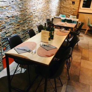 Sélection d'un nouveau mobilier, décoration et agencement d'un restaurant à Colmar par Inspiration Design : décoratrice UFDI à Colmar (vue d'une table pour 6 personnes))