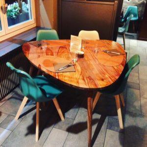 Sélection d'un nouveau mobilier, décoration et agencement d'un restaurant à Colmar par Inspiration Design : décoratrice UFDI à Colmar (vue d'une table triangulaire)