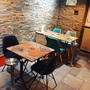 Sélection d'un nouveau mobilier, décoration et agencement d'un restaurant à Colmar par Inspiration Design : décoratrice UFDI à Colmar (vue d'une table pour 2 personnes)