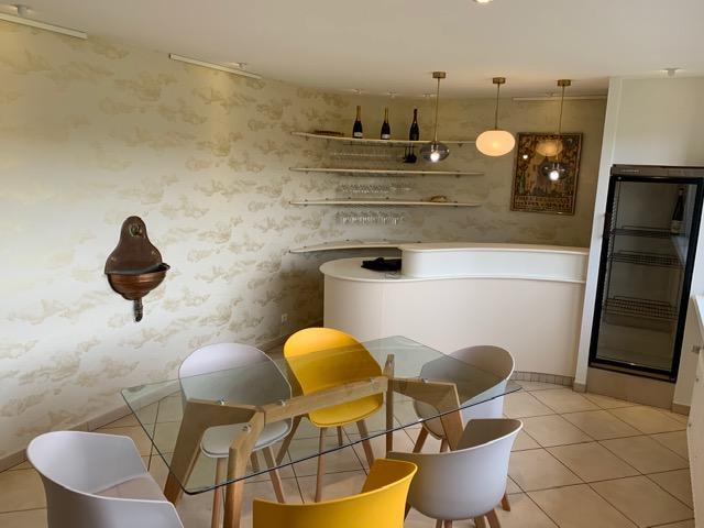 Choix des revêtements, aménagement et décoration d'une salle de réunion d'un domaine viticole par Inspiration Design : Décoratrice UFDI à Colmar