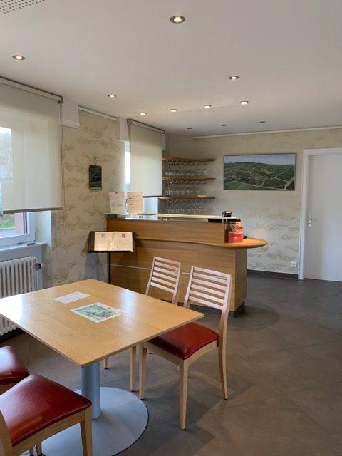 Choix des revêtements, aménagement et décoration d'une salle de dégustation d'un domaine viticole par Inspiration Design : Décoratrice UFDI à Colmar (Vue de l'entrée de la pièce)
