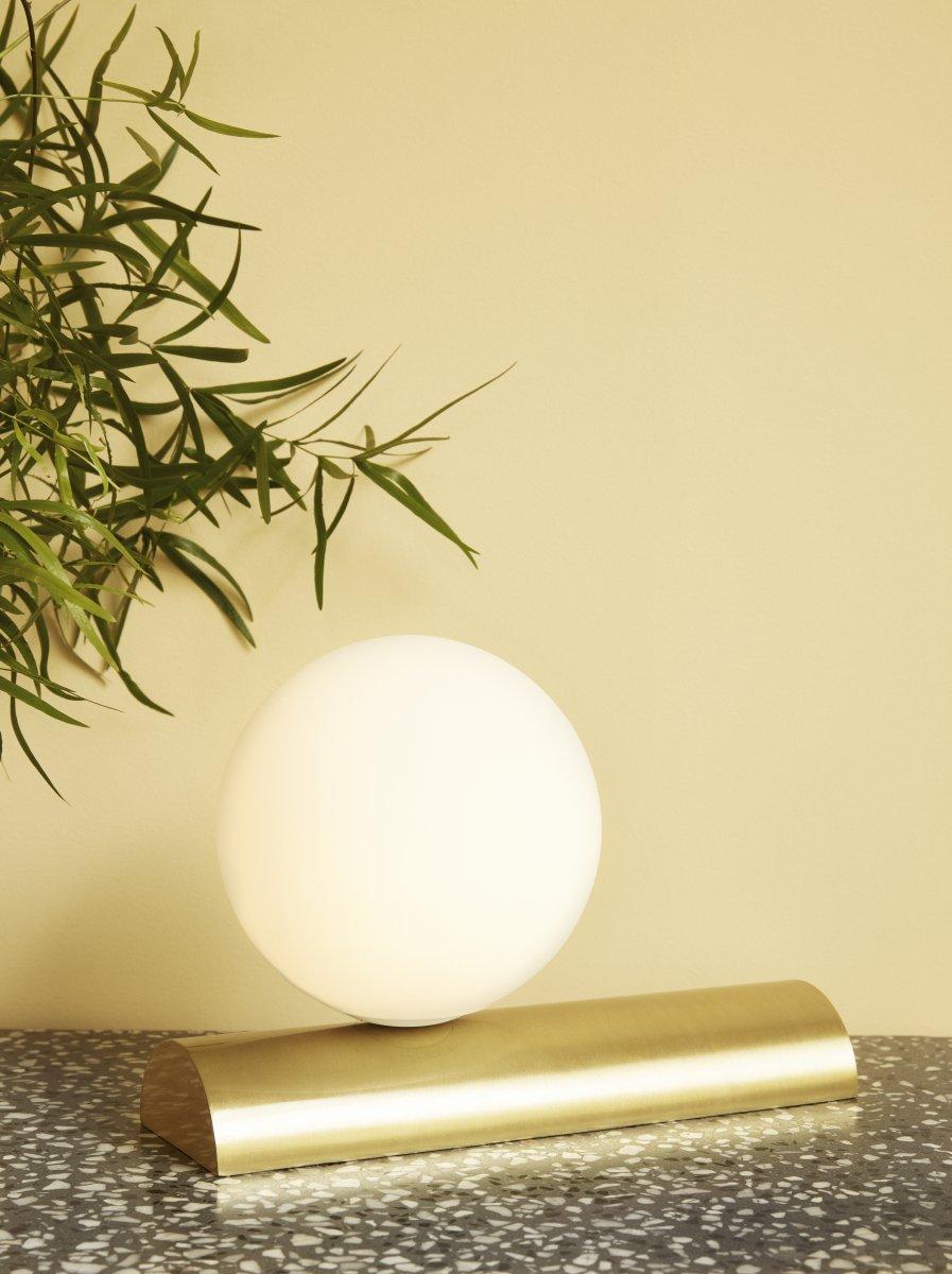 Lampe socle laiton + globe blanc 110€ chez Inspiration Design à Colmar