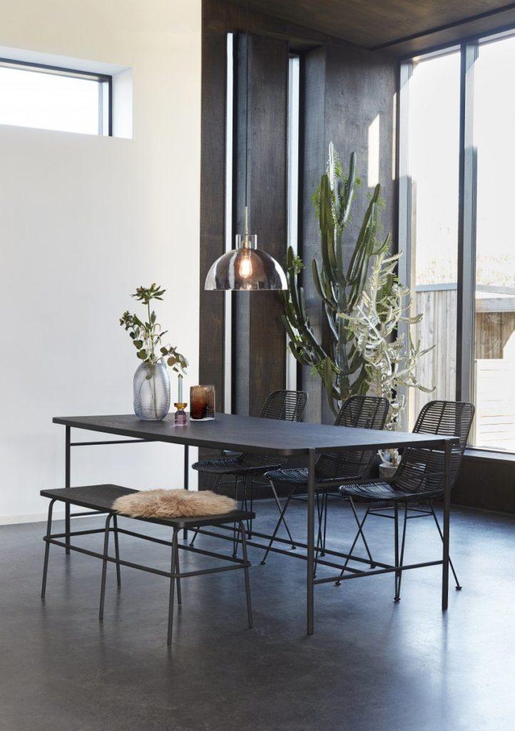 Luminaire en verre dans une salle à manger, en vente chez Inspiration Design