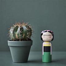 Poupée en bois Frida Kahlo H14.5cm à 44€ chez Inspiration Design à Colmar